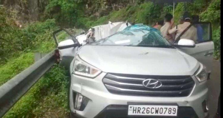 उत्तराखंड: कार पर गिरा बोल्डर, एक पर्यटक की दर्दनाक मौत, महिला घायल