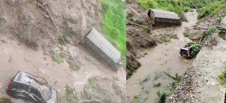 उत्तराखंड:भारी बारिश में खाई में गिर गए कैंटर और कार , रेस्क्यू कर बचाए परिवार समेत छ: लोग